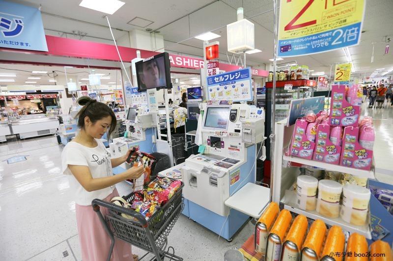 ▌沖繩購物 ▌AEON那霸店小祿站,下雨天備案就是逛超市!!超市必買、自動結帳機使用教學。